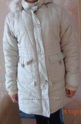 куртка светло-бежевого цвета из мягкого балония с капюшоном на рукавах вяза