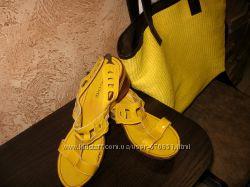 Желтые босоножки на удобной танкетке