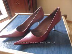 Нові італійські туфлі кольору марсала