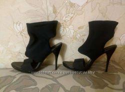 Стильные черные туфли