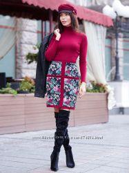 Бордовое платье с контрастными вставками на юбке