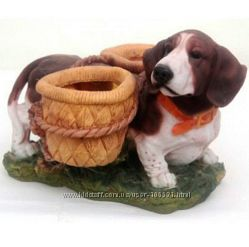 Собака с горшками