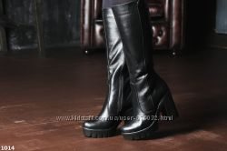 Стильные кожаные демисезонные сапоги на высоком каблуке и платформе