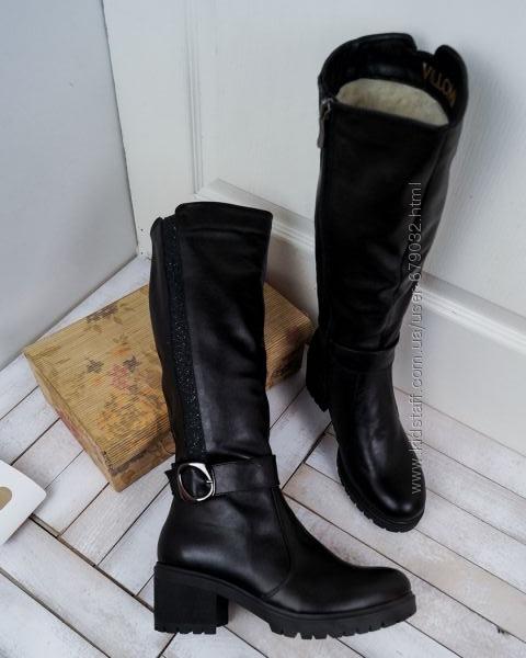 Элегантные кожаные зимние сапоги на каблуке со вставкой и ремешком