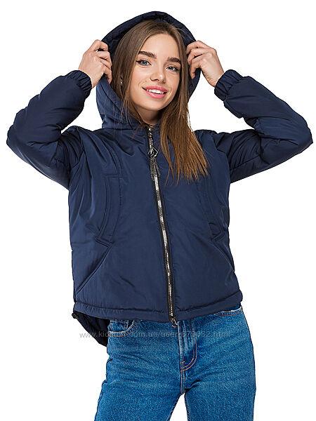Женская короткая деми куртка с ассиметричным низом и капюшоном