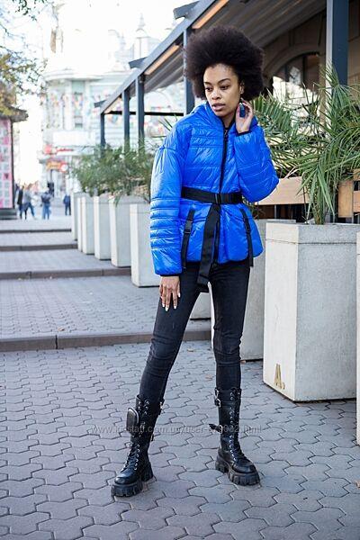 Демисезонная стеганная женская куртка цвета электрик, лаковая деми курточка