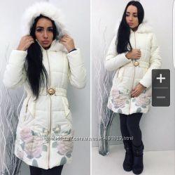 Красивая теплая зимняя куртка с цветочным принтом внизу