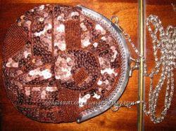 Маленькая коричневая сумочка на цепочке, расшитая пайетками