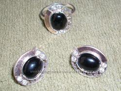 Набір срібний з чорним каменем з позолотою.