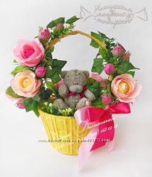 Корзина с игрушкой и цветами из конфет