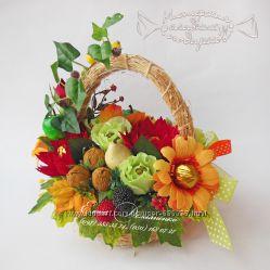 Корзина с осенними цветами из конфет