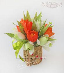 Подснежники и тюльпаны из конфет в кашпо из бересты