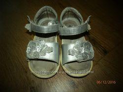 Красивые серебряные босоножки