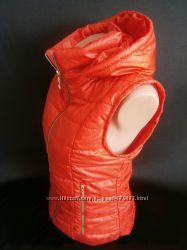 Женская жилетка на весну на синтепоне с капюшоном