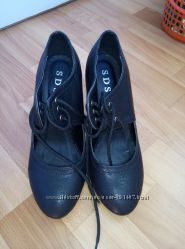 Туфельки на шнурочках 37 размер. В б. у один раз.