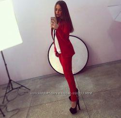 Діловий костюм бордового кольору.