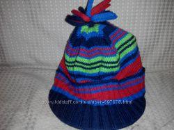 Яркая вязаная Деми шапка с козырьком