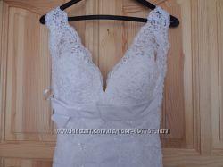 Очень красивое свадебное платье со шлейфом,  перчатки в подарок