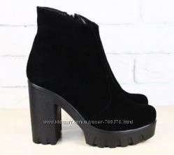 Ботинки замшевые черные на тракторной подошве
