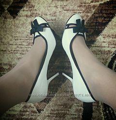 Туфли белые на каблуке, черный бант
