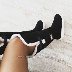 Ботфорты, замшевые, черные на толстой белой подошве