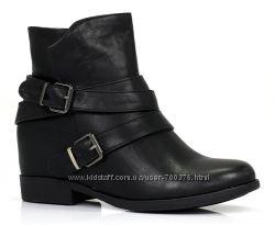 Ботинки черные на скрытой танкетке, с ремешками