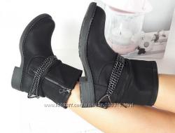 Ботинки черные с цепью
