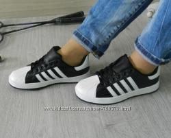 Кроссовки черные с белыми полосками