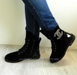 Ботинки зимние на шнуровке с лаковой пяточкой и красивым декором с боку