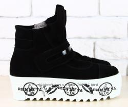 Ботинки зимние замшевые, черные на толстой белой подошве