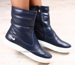Ботинки зимние, синие кожаные, на утолщенной белой подошве