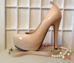 Туфли лаковые беж, с пряжкой, красная подошва
