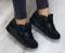 Кроссовки черные практичные.