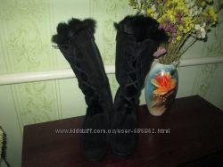 Стильные зимние замшевые сапоги женские черного цвета на тракторной подошве