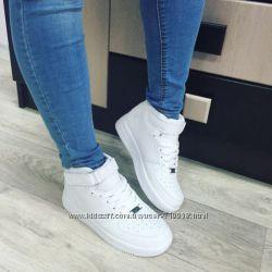 Стильные белые кроссовки