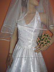 свадебное платье-на атласе гипюр.