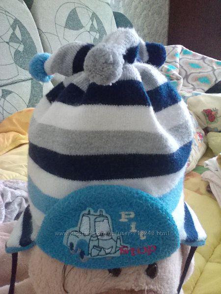 Симпатичная деми шапочка с помпончиками