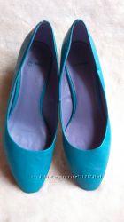 Яркие туфли 39 размера.