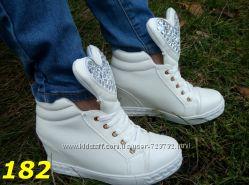 сникерсы ботинки демисезон белые черные с язычком в стразах в форме сердца