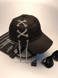 Стильная женская черная кепка с цепочкой