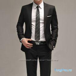 Стильный приталенный костюм черного цвета. слим фит. брюки внизу заужены.
