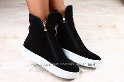 Стильные женские замшевые ботинки на белой подошве. Зима. В наличии