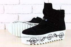 Красивые и стильные женские зимние ботинки на толстой подошве. В наличии