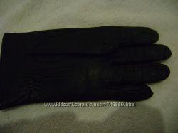 Женские кожаные перчатки черного цвета.