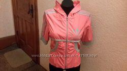 Спортивная легкая женская куртка