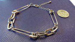 Золотистый браслет с булавками