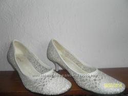 Продам шикарные ажурные белые туфли 40 размера на небольшом каблучке