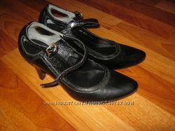 Женские кожаные туфли, закрытые босоножки с пряжкой 36 размера.