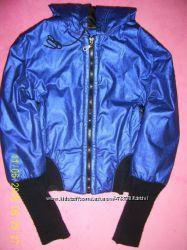 Модная куртка цвета електрик