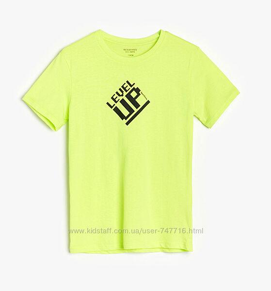 Яркая футболка на парня Reserved